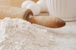 Mehl mit Backpulverzusatz kaufen oder selber mischen.
