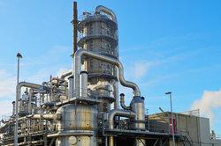 Raffinerie mit Destillationsturm zur Rohölfraktionierung