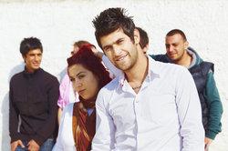 """Viele arabische Jugendliche grüßen sich mit """"Shu""""."""