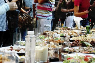 Die Jugendweihe wird mit vielen Gästen gefeiert.