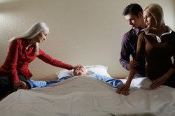 Sie können Sonderurlaub bei einem Todesfall erhalten - dies gilt auch, wenn Ihr Opa tot ist.