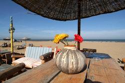 Entspannen Sie mit Meerblick in einem Strandcafé in Scheveningen.