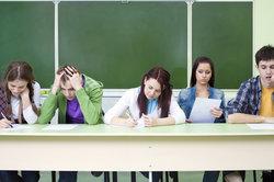 Lehrer dürfen die Schulnoten nicht öffentlich in der Schule sagen.