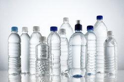 Aus Plastikflaschen können Sie Lampen basteln.