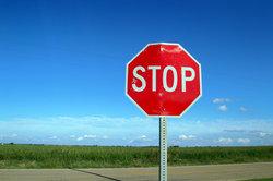 Als Interjektion kann man sowohl stop als auch stopp schreiben.