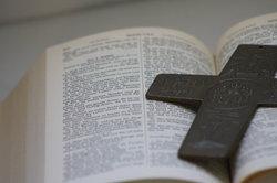 Die Bibel gibt es in vielen verschiedenen Übersetzungen und Übertragungen.