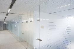 Glastüren mit Edelstahl kombiniert