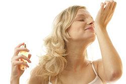 Verschiedene Faktoren beeinflussen die Duftdauer eines Parfüms.