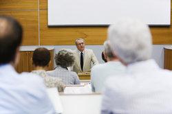 Professor im Ruhestand kann freiwillig Lehraufträge annehmen.