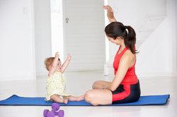 Gemeinsam mit Baby Yoga machen.