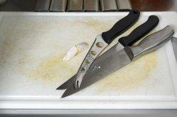 Ein scharfes Messer erleichtert das Kochen.