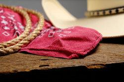 Das mysteriöse Cowgirl in Django Unchained trägt ein rotes Tuch vor dem Gesicht.