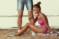 Die Männer haben sicher nichts gegen die Hand der Frau einzuwenden.