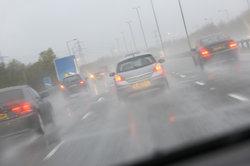 Bei extremen Wetterbedingungen ist Autofahren gefährlich.