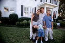 Nach dem Gesetz erbt der Ehegatte das Haus zusammen mit den Kindern.