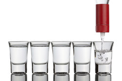 Viele Menschen trinken gerne Wodka - zur besseren Verdauung oder als leckeren Cocktail.