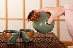 Sake wird typisch japanisch aus kleinen Tontassen getrunken.