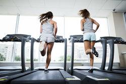 Mit dem Laufband zu mehr Fitness gelangen.
