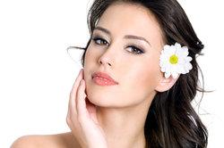 Jede Frau wünscht sich eine glatte und haarlose Haut im Gesicht.