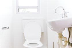 Für saubere Toiletten: den Spülkasten beim Reinigen nicht vergessen