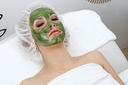 Bei Hautrötungen ist eine Algenbehandlung im Kosmetikstudio zu empfehlen.
