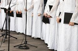 Eine Aufführung, in der ein Chor alle Charaktere darstellt, ist halbszenisch.