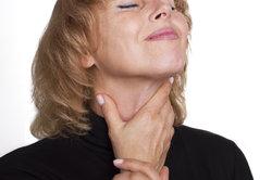 Halsschmerzen sind unangenehm und sollten behandelt werden.