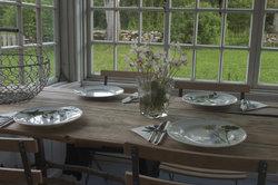 Sie können einen Esstisch aus massivem Holz selber bauen und Geld sparen.