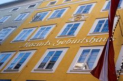 Mozarts Geburtshaus - heute ein Touristen-Magnet