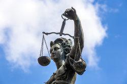 Justitia versinnbildlicht die Gerechtigkeit.
