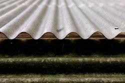 Die Reinigung schützt das Terrassendach vor Moosbildung.
