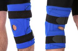 Eine Bandage stützt das kranke Knie.