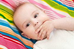 Ist Daumenlutschen gut für ein Baby?