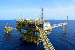 Auf einer Bohrinsel im Meer kann man das Erdöl fördern.