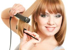 Besonders beim Glätten sollten Sie auf die Pflege der Haare achten.