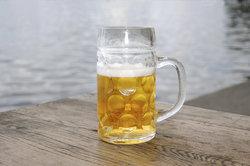 Das Stemmen von Bierkrügen ist ein beliebtes Partyspiel.