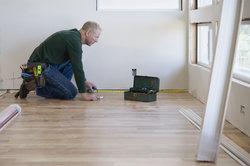 Alte Teppichfixierung muss vor einem Neuverlegen entfernt werden.