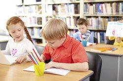 Das Schreiben eines persönlichen Briefes gehört zur Aufsatzerziehung der Schüler.