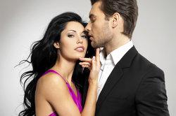 Eine starke Anziehungskraft zwischen zwei Menschen basiert auf mehreren Faktoren.