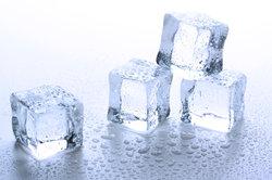 Eis schmilzt auch im Vakuum, wenn Sie es mit Wärme bestrahlen.