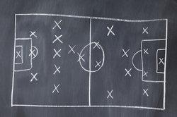 Zwei typische Spielsysteme: 3-5-2 (links) und das 4-4-2 mit einer Doppelsechs.