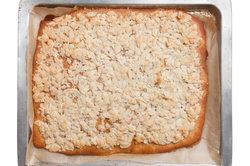 Platenkuchen mit Zucker und Mandeln
