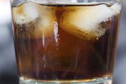 Mit Cola und Instantkaffeepulver können Sie einen Energydrink zubereiten.
