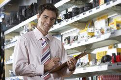 Ein Einzelhandelskaufmann macht Kundenberatung, Verkaufsvorbereitung und vieles mehr.