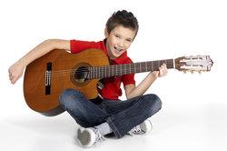 Gitarre spielen macht Spaß, es schnell gut zu lernen ist aber schwierig.
