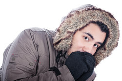 Eine Daunenjacke hält im Winter schön warm.