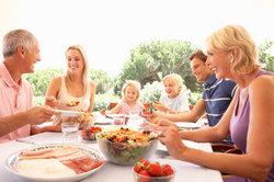 Der jeweilige Verwandtschaftsgrad spielt bei Familienfeiern eine untergeordnete Rolle.