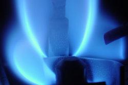 Eine Raketenbrenner brennt mit blauer Flamme.