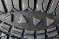 Meist verursacht die Materialzusammensetzung der Schuhsohle das Quietschen.