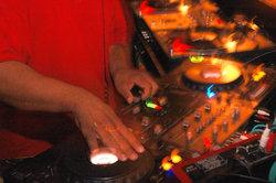So werden Sie als DJ bekannt.